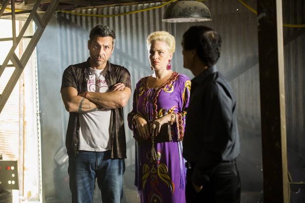 Alexandre Nero e Karine Teles em cena da novela A Regra do Jogo (Foto: Globo/João Miguel Júnior)