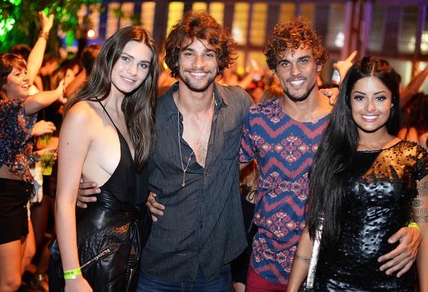 Pablo Morais e Felipe Roque com as namoradas (Foto: Ari Kaye / Divulgação)