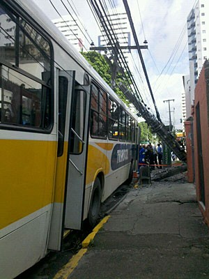 &#212;nibus bateu em poste, no Recife (Foto: Kety Marinho / Globo Nordeste)
