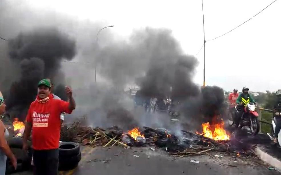 Manifestantes na ponte entre os municípios de Nossa Senhora do Socorro e Aracaju, em Sergipe. (Foto: Lanne Pacheco)