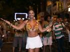 Milena Nogueira usa saia curtinha em ensaio de rua