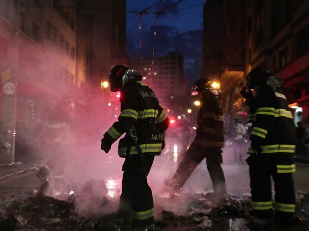 Bombeiros apagam fogo de barricadas no Centro de SP (Foto: Marcelo Brandt/G1)