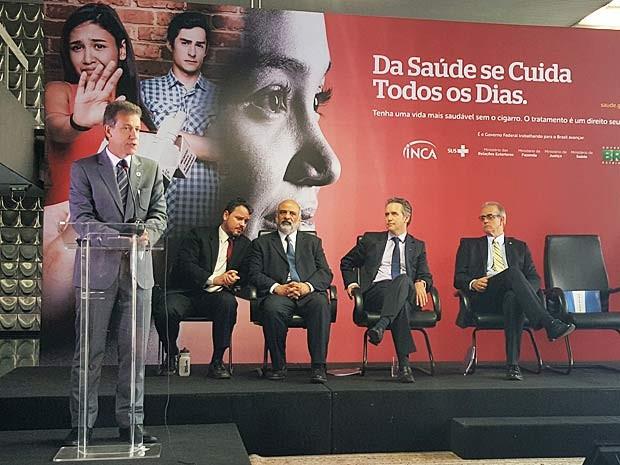 O ministro da Saúde, Arthur Chioro (à esquerda), durante apresentação de dados sobre consumo de cigarro no Brasil (Foto: Luciana Amaral/G1)