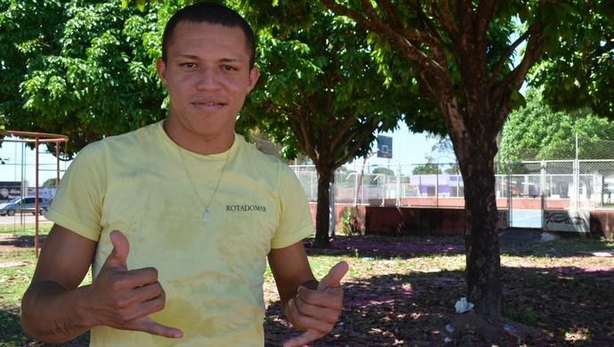 Perema, ex-jogador do São Francisco, aproveita folga para rever família e amigos. (Foto: Weldon Luciano/GloboEsporte.com)