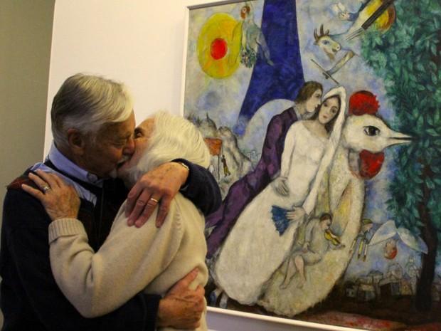 Este casal se beija em frente ao quadro Os Namorados da Torre Eiffel, de Marc Chagall, no Centro Pompidou, em Paris (Foto: Ignacio Lehmann/BBC)