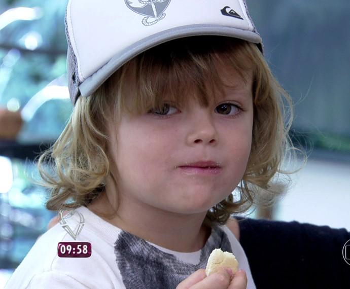 Neto de Ana Maria aprova o doce (Foto: TV Globo)