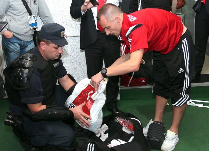 Polícia investigando io controle remoto do drone no vestiário da Albânia (Foto: AFP)