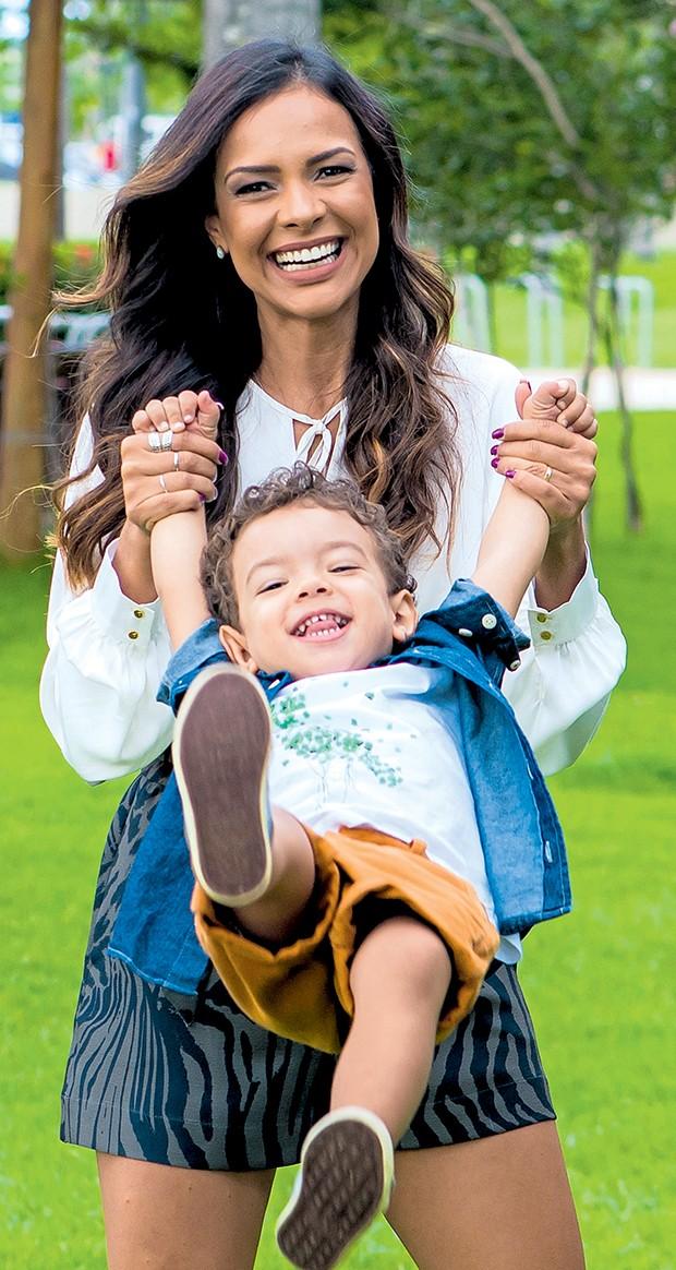 Michelle Martins e  Miguel: energia para  as brincadeiras do filho  (Foto:  )