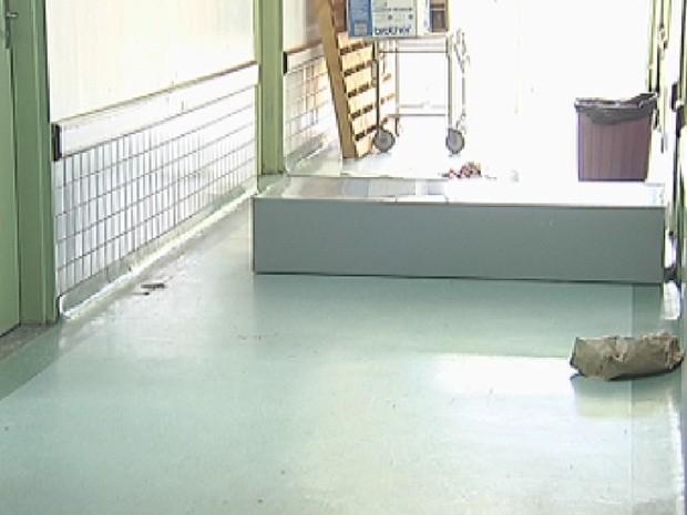 Armário de aço também foi derrubado no meio do corredor da unidade (Foto: Reprodução/TV TEM)