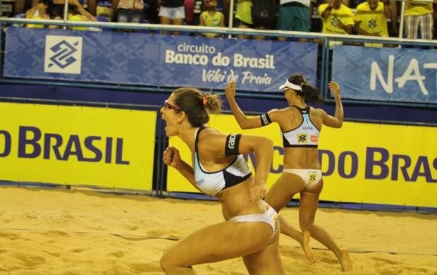 Juliana e Maria Elisa comemoram vaga na final da sétima etapa do Circuito Brasileiro de vôlei de praia, em Natal (Foto: Paulo Frank/CBV)