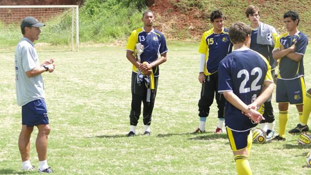Gil Baiano passa instruções para garotos da base Comercial-SP (Foto: Rhenê Cavichia / Globoesporte.com)
