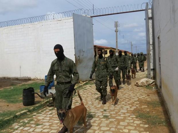 Fuzileiros navais fizeram revista na Penitenciária Agrícola de Mossoró (Foto: Divulgação/Marinha do Brasil)