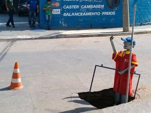 Moradores colocam boneco para sinalizar buraco de rua em Jundiaí (Foto: Cícero Lopes da Silva / TEM Você)