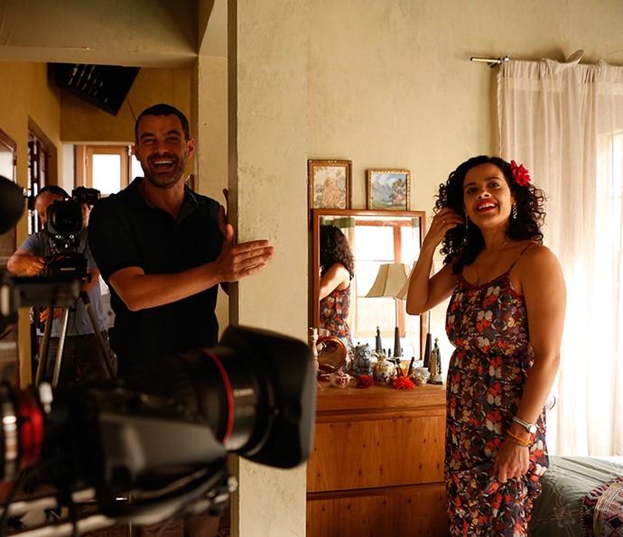 Maeve com Carmo Dalla Vecchia durante gravação de 'A Regra do Jogo' (Foto: Ellen Soares / Gshow)