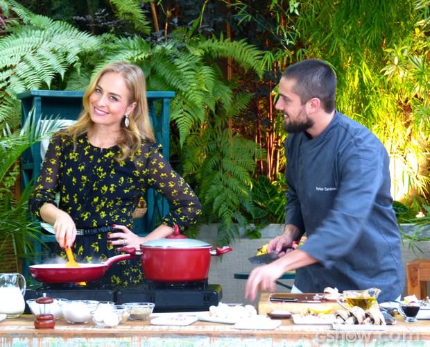 Angélica ajuda Rafael Cardoso na cozinha (Foto: Estrelas / TV Globo)