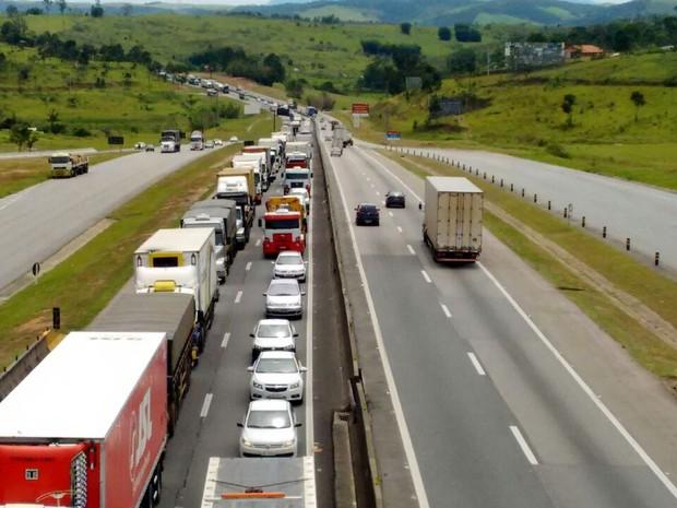 Tráfego na Via Dutra chegou a 12 quilômetros no sentido São Paulo, na altura de Jacareí. (Foto: Wanderson Borges / TV Vanguarda)