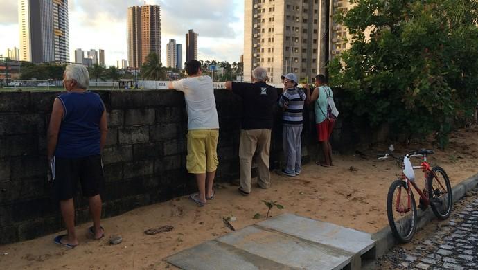 Torcedores do ABC - muro (Foto: Jocaff Souza/GloboEsporte.com)