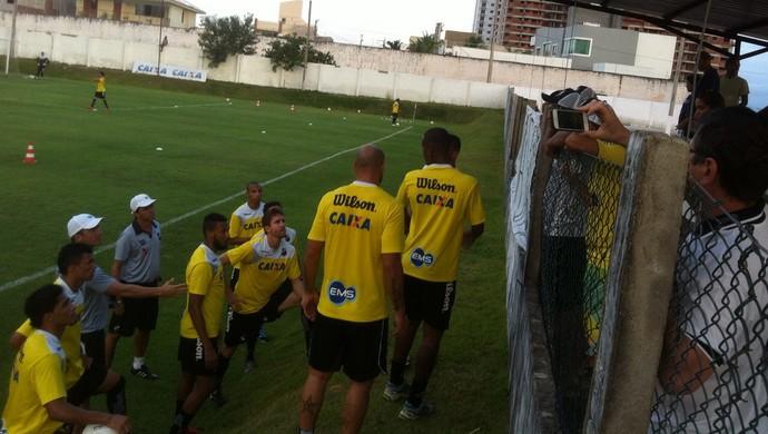 Protesto ABC torcida jogadores (Foto: Rodrigo Oliveira)
