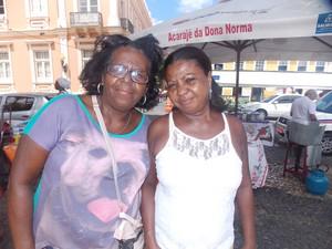 Cecília Bernardo ao lado da irmã Maria Neves no ponto da baiana Norma, comandado pela filha Pina Santos. (Foto: Denise Paixão/G1)