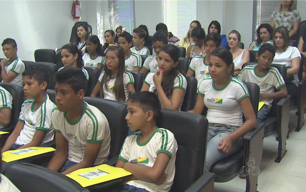 Alunos de escolas públicas de Rio Branco participam do projeto 'Promotor por um dia' (Foto: Bom Dia Amazônia)