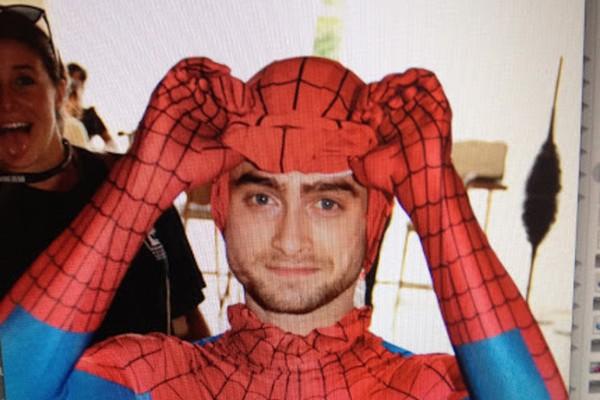 Daniel Radcliffe fantasiado de Homem-Aranha na Comic-Con (Foto: Reprodução)