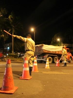 Manaustrans foi acionado para redirecionar o fluxo de veículos (Foto: Romulo de Sousa/G1 AM)