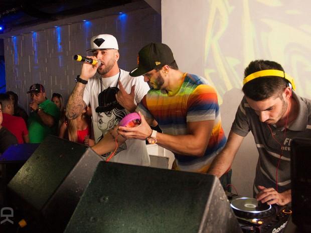Ex-BBB Kléber Bambam com o rapper americano D-Snow em boate no Rio (Foto: Derick Abreu/ Divulgação)