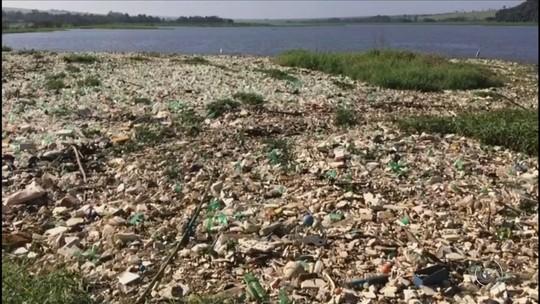 Lixo se acumula em trecho do Rio Tietê em Anhembi