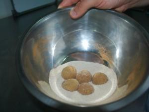 Em uma vasilha, separe açúcar com canela e passe o brigadeiro  (Foto: Eliena Monteiro/G1 AM)