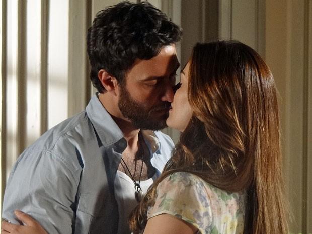 Rodrigo e Elisa estavam prestes a se beijar (Foto: Amor Eterno Amor/TV Globo)