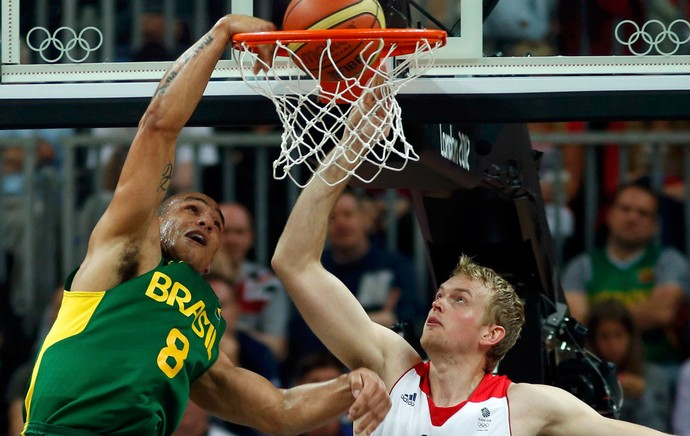 basquete alex garcia brasil dan clark grã-bretanha londres 2012 (Foto: Agência Reuters)