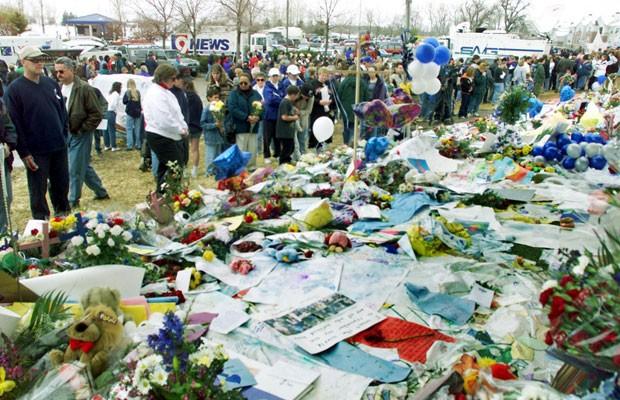 Moradores de Littleton se reúnem em memorial para as vítimas do massacre, em 24 de abril de 1999 (Foto: Mark Leffingwell/AFP)