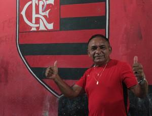 José Gomes é dono do bar do Tufão (Foto: Hugo Crippa)