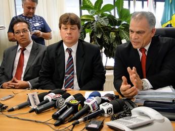 Delegado Alexandre Campbel fala à imprensa sobre morte de Sérgio Rosa Sales (Foto: Pedro Cunha/G1)