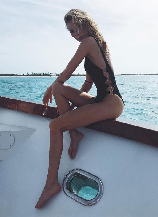 A Angel que veio do frio Elsa Hosk sensualiza no barco (Foto: Reprodução/Instagram)
