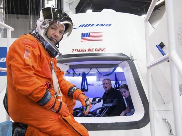 Astronauta Randy Bresnik prepara-se para entrar na nave CST-100, da Boeing, para uma avaliação no Centro de Suporte de Produtos da empresa, em Houston; nave deve transportar astronautas para ISS, segundo anúncio da Nasa  (Foto: Reuters/Nasa)