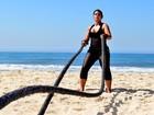 Priscila Pires mostra seu treino de muay thai em praia do Rio