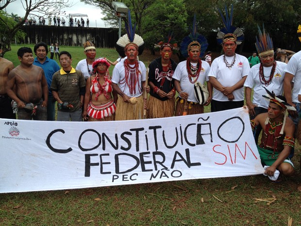 Índio realizaram protesto na Praça dos Três Poderes contra PEC que altera regras de demarcações de terras (Foto: Luciana Amaral/G1)