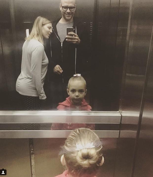 Sheila Mello e Xuxa de pijama no elevador: quiem nunca? (Foto: Reprodução/ Instagram)