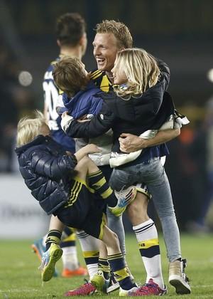 Dirk Kuyt e os filhos, Fenerbahce x Galatasaray (Foto: Agência EFE)