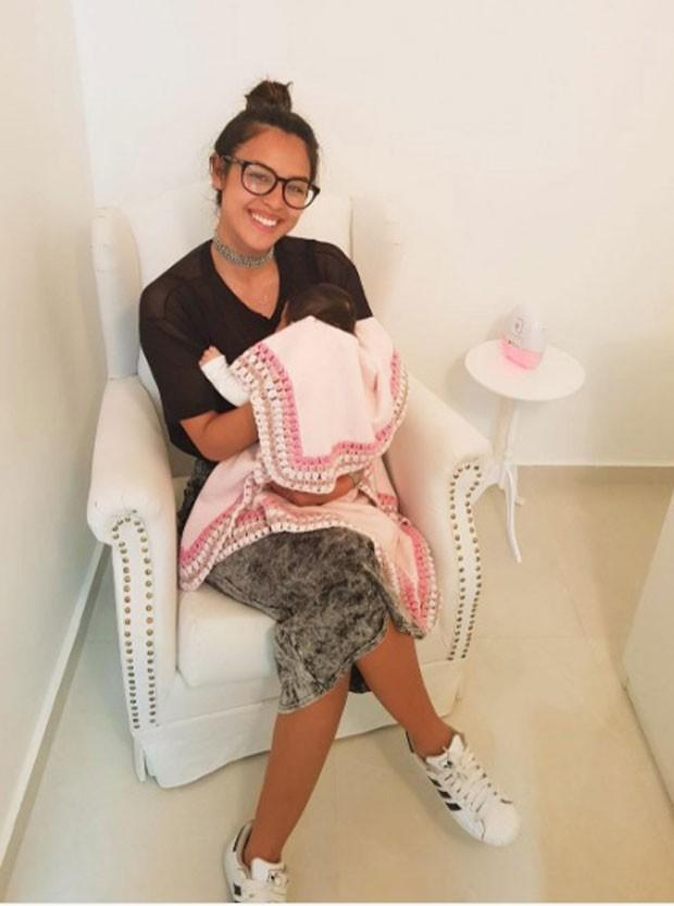 Yanna com Madalena no colo: vacina (Foto: Reprodução Instagram)