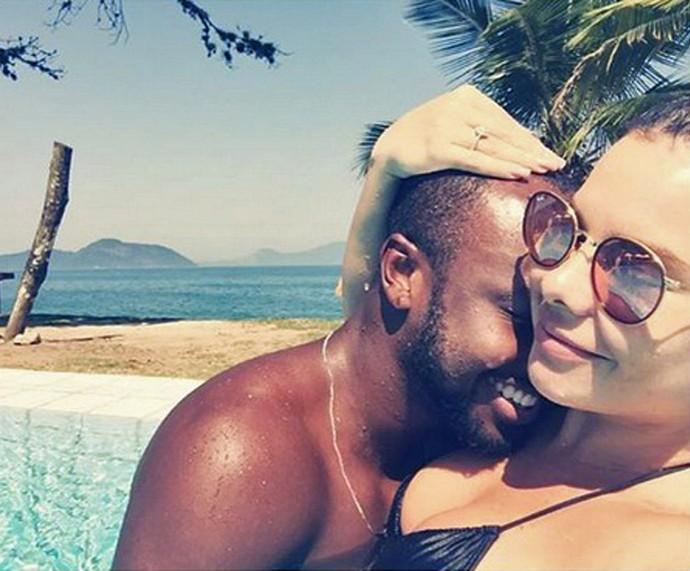 Fernanda e Thiaguinho curtem piscina em clima de romance (Foto: Arquivo Pessoal)