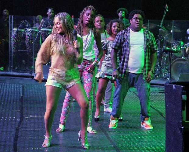 Claudia Leitte sobe ao palco ao lado de ex-participantes do The Voice (Foto: Reprodução / Redes Sociais)