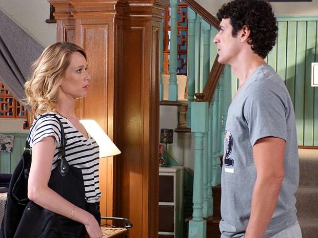Os dois retomam o papo, mas a loira não admite seu interesse pelo gato (Foto: Guerra dos Sexos / TV Globo)