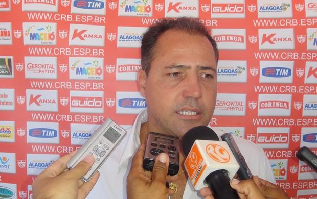 Novo técnico do CRB, Márcio Goiano foi aprensentado na Pajuçara  (Foto: Henrique Pereira/ Globoesporte.com)