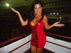 Solange Gomes usa vestido justinho e decotado em noite de samba