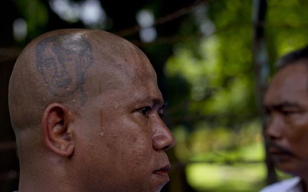 Homem tatuou a imagem da líder de oposição de Mianmarx, Aung San Suu Kyi (Foto: Gemunu Amarasinghe/AP)