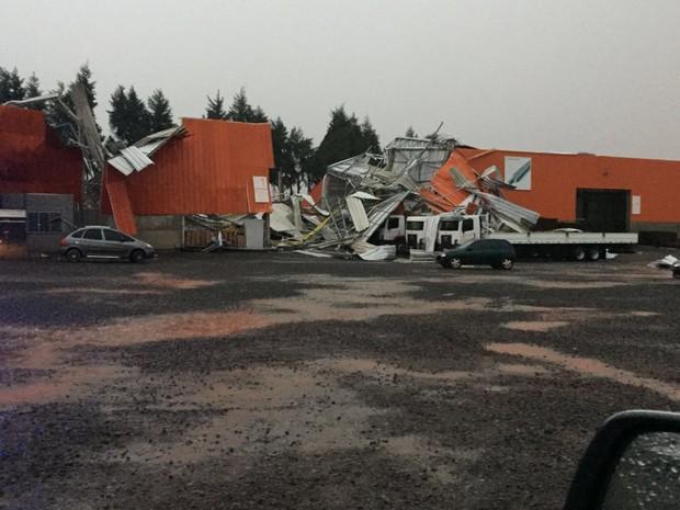 Tempestade deixou destruição em Ponta Grossa (Foto: Fernanda Egg Maia/Arquivo pessoal)