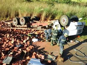 Caminhão carregado de tijolos capotado na DF-230 (Foto: Corpo de Bombeiros/Divulgação)