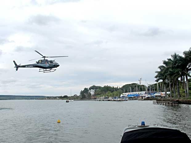 Helicóptero do Ibama sobrevoa Lago Paranoá para analisar extensão da mancha (Foto: Lucas Nanini/G1)